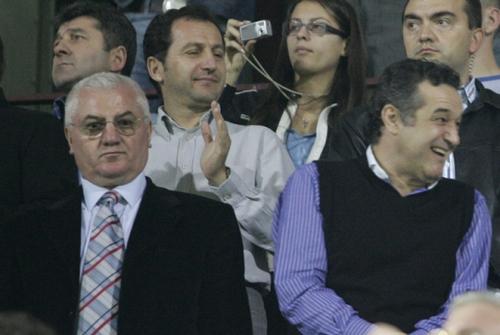 """Sursa: www.prospot.ro: – """"Va fi extraordinar dacă Steaua se califică în Europa League! Va fi cap de serie"""", Dumitru Dragomir, președinte LPF. (asta-i un fel de lins în cur. de fapt se gîndea că poate-l dă ciobanul la oi..că e varză și place, place la ele!!)"""